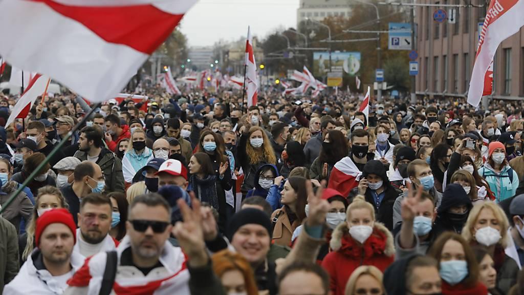 Gewalt und Festnahmen: 100'000 protestieren gegen Lukaschenko