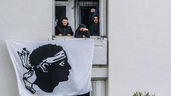 Korsische Separatisten in Bastia zeigen Flagge.