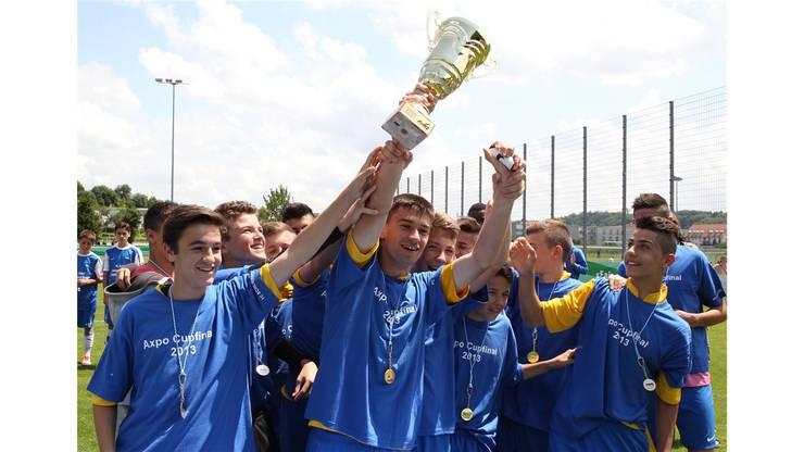 Captain Migu Gomes und seine Teamkollegen mit dem Pokal.