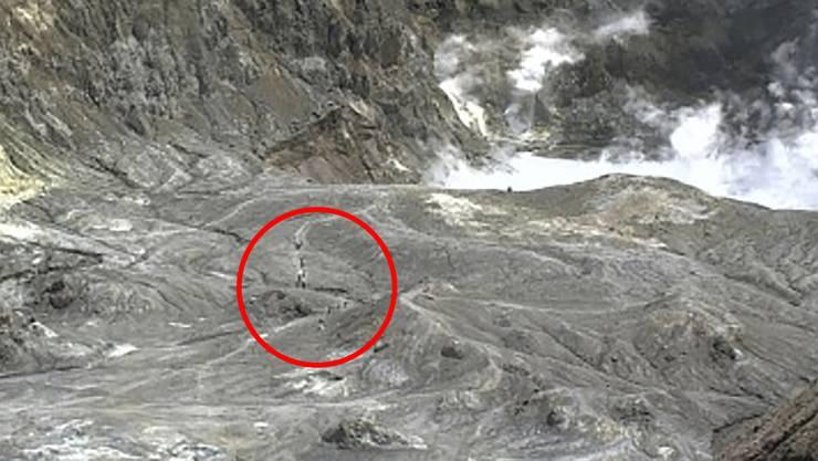 Touristen auf dem Weg zum Krater. Das Bild wurde kurz vor Ausbruch des Vulkans aufgenommen.