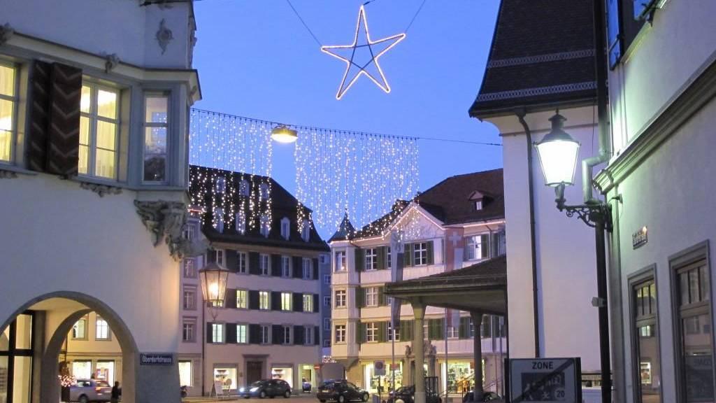 Die Herisauer Weihnachtsbeleuchtung vor der Reformierten Kirche