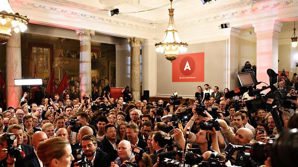Dänemarks neue Ministerpräsidentin: Die von Medienleuten umringte Mette Frederiksen nach dem Wahlsieg ihrer Sozialdemokraten.