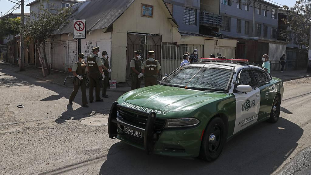 Polizeieinsatz in einem Viertel in Chiles Hauptstadt Santiago. (Archivbild)
