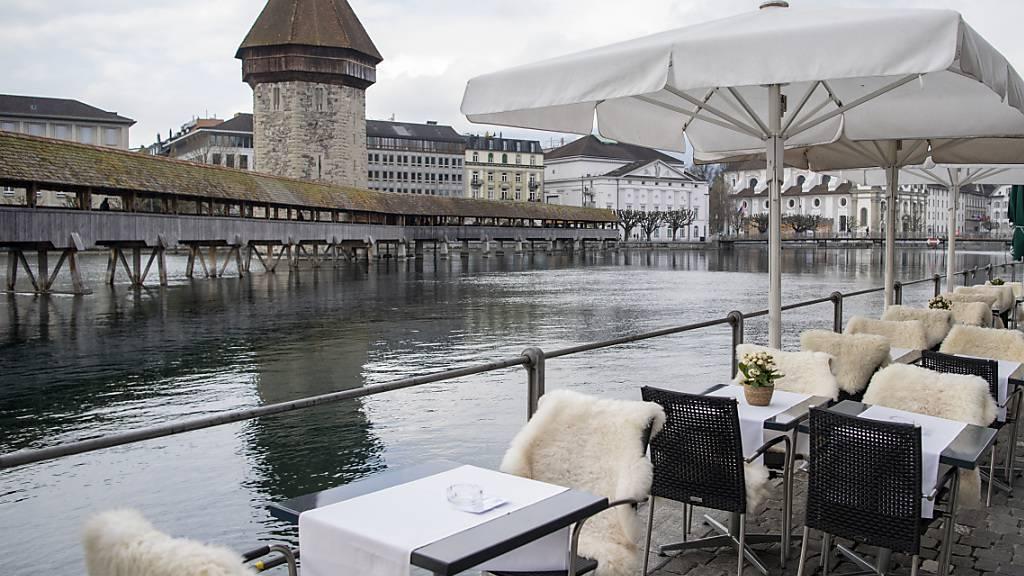 Die Restaurantterrassen dürfen zwar wieder öffnen, doch ist die Luzerner Wirtschaft weiterhin auf Härtefallhilfe angewiesen. (Archivaufnahme)