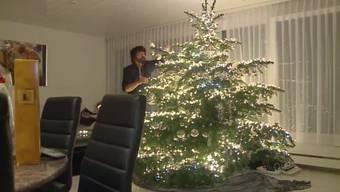 Im Wohnzimmer von Max Wächter aus Villnachern steht eigentlich ein ganz normaler Weihnachtsbaum. Sind die Lichter angezündet, sieht die Sache etwas anders aus ...