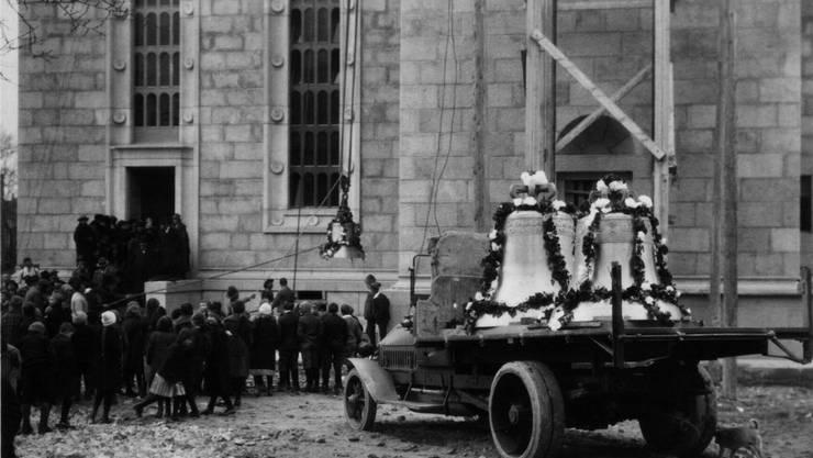 Der feierliche Glockenaufzug zur Einweihung im Jahre 1925.