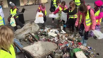 Litteringaktion: Kindergärtler und Schüler sammeln in Lengnau Abfall und bringen ihn zum Schulhausplatz.