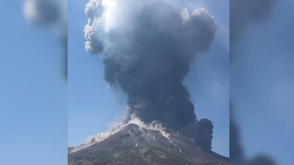 Explosiver Vulkan Stromboli verängstigt Touristen