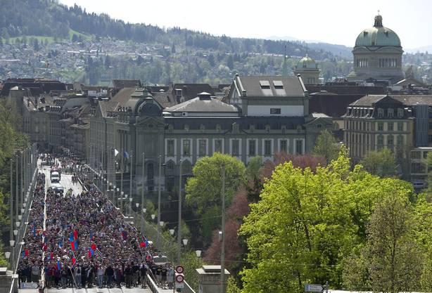 Die Basel Fans marschieren über die Kornhausbrücke.