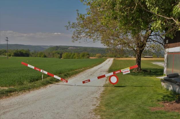 """Gesperrte Strasse: Auch dank dieser Absperrung neben der """"Fliegerlihütte"""" war der Schleichweg nach Koblenz nur für Dorfbewohner offen."""