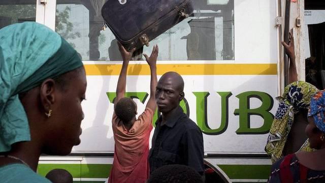 Ein aus dem Norden nach Bamako geflohener Mann erhält sein Gepäck - Ende März hatten MNLA-Kämpfer und Ansar Dine den Norden Malis erobert (Archiv)
