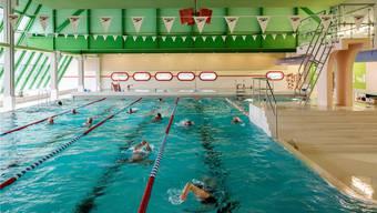 Retro-Touch: Hier, im Hallenbad Telli in Aarau, finden heute Samstag die Aargauer Meisterschaften im Schwimmen statt. Den Sanierungsbedarf sieht man der Halle von weitem gar nicht an.