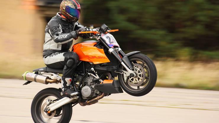 Der 27-jährige Motorradfahrer fuhr so schnell, dass sein Vorderrad abhob und sein Mitfahrer (26) in voller Fahrt vom Motorrad stürzte. (Symbolbild)