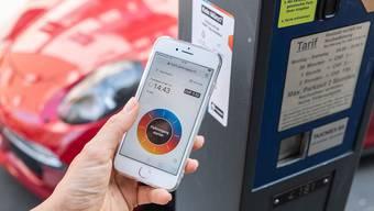 Die Parkgebühr kann auch per App auf dem Smartphone beglichen werden. Die drei Apps heissen Twint, Easypark und Parkingpay.