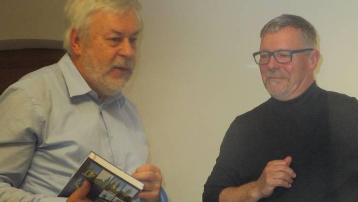 Ex-Kantonsrat Rolf Steiner überreicht dem Referenten Kantonsrat Markus Späth zum Dank  ein Buch