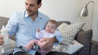 Dass Väter mehr Zeit mit ihren Neugeborenen verbringen können, ist ein im Grundsatz kaum bestrittenes Anliegen. 20 Tage Vaterschaftsurlaub für die Staatsangestellten hält der Kantonsrat aber für überrissen. Keystone