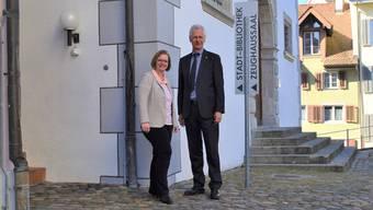 Beatrice Wehrli-Burth und Raymond Tellenbach stehen vor den beiden Häusern, die im Sommer umgebaut werden. JOL