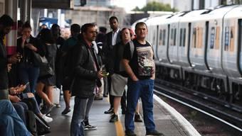 Lange Gesichter bei Zugreisenden in Grossbritannien: Ein Stromausfall hat am Freitag den Bahnverkehr vielerorts stark beeinträchtigt.