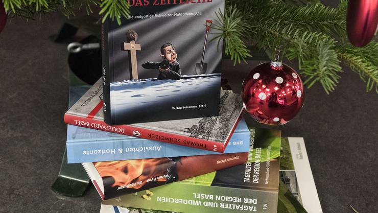 Bücher aus der Region machen sich selbst ohne Geschenkpapier gut unter dem Weihnachtsbaum.