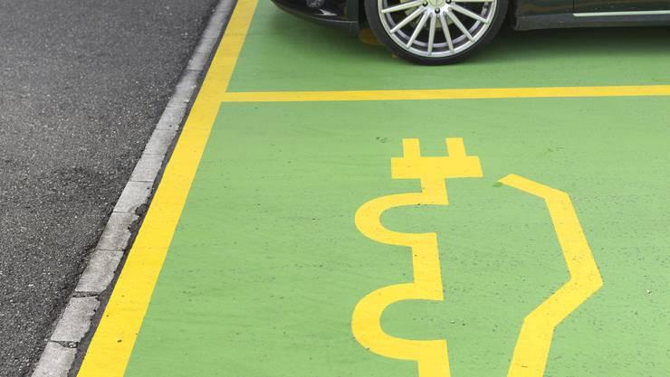 Je mehr Elektroautos verkehren und aufgeladen werden müssen, desto grösser wird die Belastung für das Stromnetz.