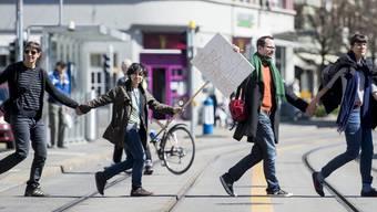 Zürich: Menschenkette gegen Polizei-Willkür. Rund 300 Aktivistinnen Demonstrierten friedlich an der Badenerstrasse. Die Schlusskundgebung fand am Lindenplatz  Statt.