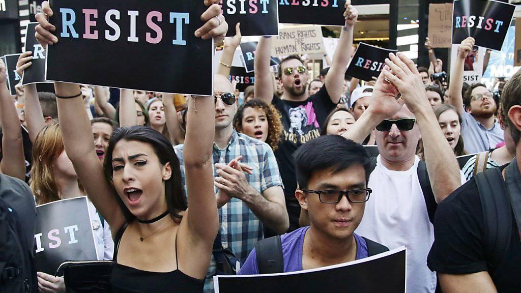Proteste in New York im Juli gegen US-Präsident Donald Trumps Politik gegen Transgender-Menschen im Militär. (Archivbild)