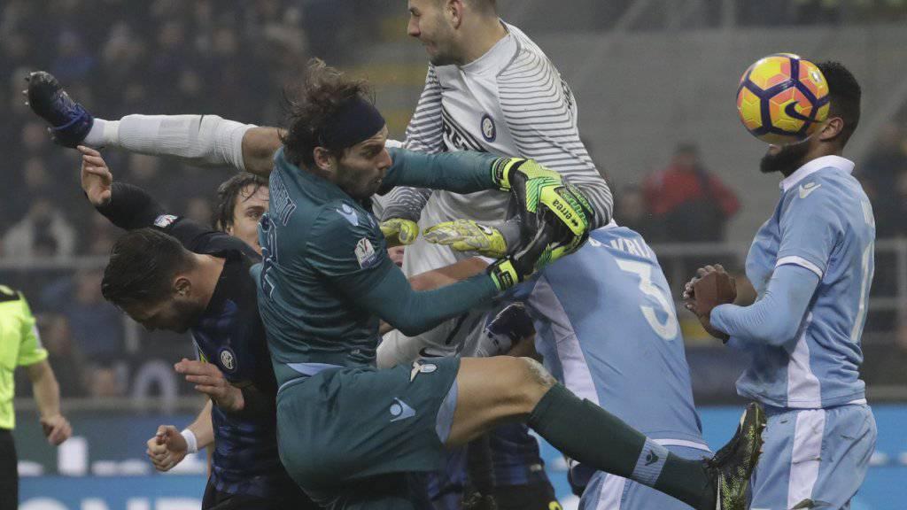 Heisse Szene in der Schlussphase des Cup-Viertelfinals zwischen Inter Mailand und Lazio Rom