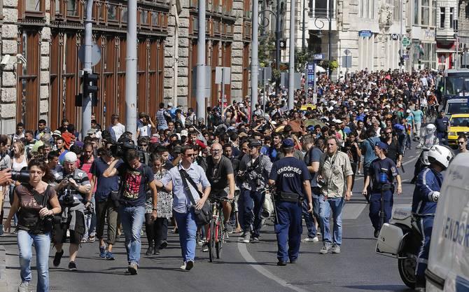 Hunderte Flüchtlinge machten sich zu Fuss auf den Weg