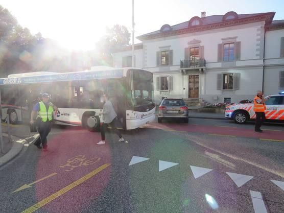 Aarau AG, 19. September: Auf einer Kreuzung in Aarau stiessen heute Morgen ein Bus und ein Auto zusammen. Eine Passagierin des Busses wurde verletzt ins Spital gebracht. Beide Fahrer beteuern, bei grüner Ampel gefahren zu sein.
