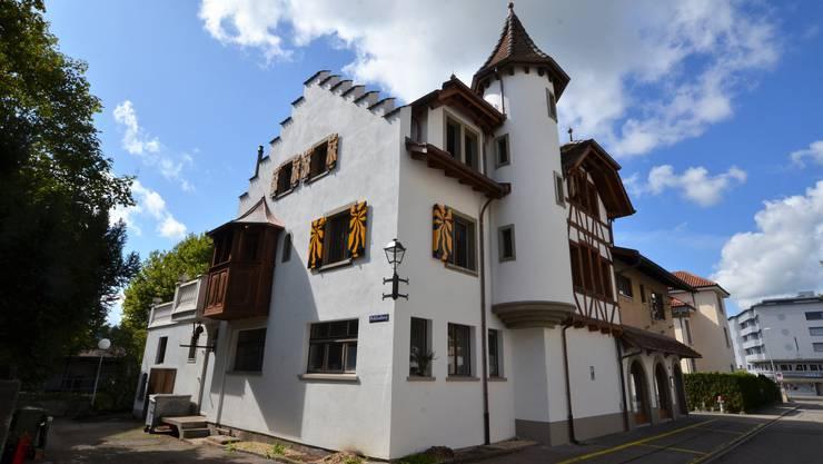 Mitten in Wohlen steht ein mittelalterliches Schloss.