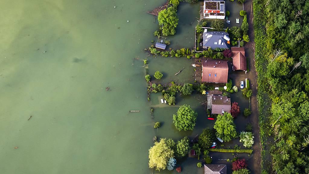 Überschwemmte Häuser am 16. Juli in Sutz am Bielersee.