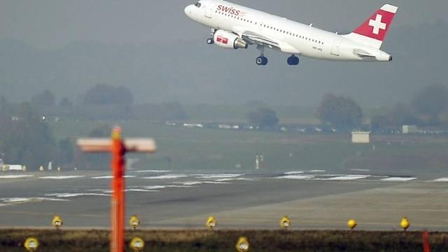 Ein Flugzeug startet vom Zürcher Flughafen. (Archiv)