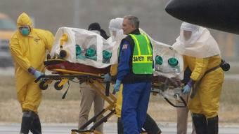 Am letzten Samstag wurde hier ein Ebola-Patient nach der Landung in Omaha (USA) vom Flugzeug in einen Krankenwagen gebracht. Ähnliches dürfte sich bald in Genf abspielen.