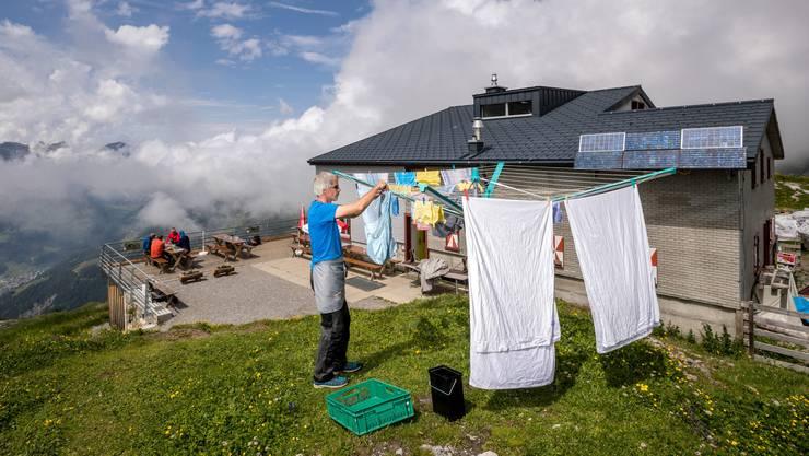 Er konnte die Anzahl kurzfristiger Absagen reduzieren: Hüttenwart Chrigel Menon von der Rugghubelhütte hoch über Engelberg.