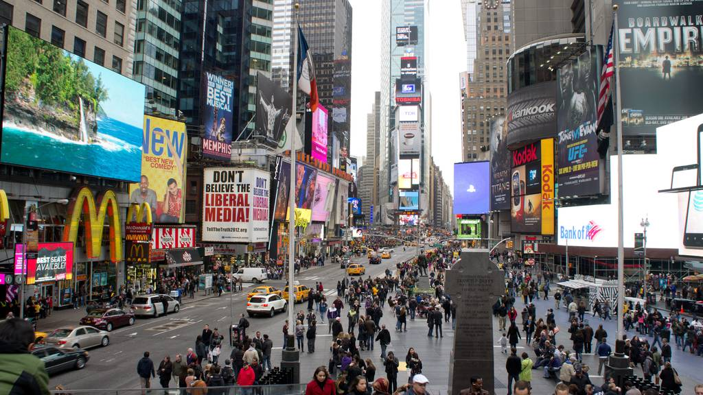 Auto fährt in New York in Menschenmenge