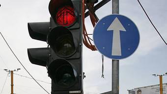 Rotlicht überfahren: Zwei mutmasslichen Unfallverursachern droht eine Verzeigung. (Symbolbild)