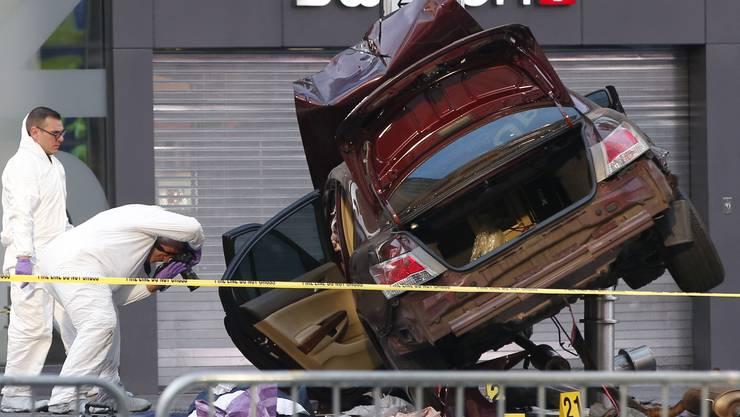 Ein Ex-Soldat der US-Marine ist am Donnerstag in eine Menschenmenge am Times Square gerast. Polizisten sammeln Beweise.