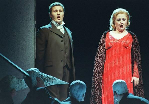 """Szene aus """"Beatrice di Tenda"""" von Vincenco Bellini (1801 - 1835); von links: Piotr Beczala als Orombello; Edita Gruberova als Beatrice di Tenda. Am Samstag, 16. Juni 2001 fand die Premiere als Schweizer Erstauffuehrung im Opernhaus Zuerich statt. Wie jede Oper Bellinis birgt auch """"Beatrice di Tenda"""" zahlreiche leuchtende Momente, farbige Choere, feurige Duette und natuerliche immer wieder die unvergesslichen Melodien."""