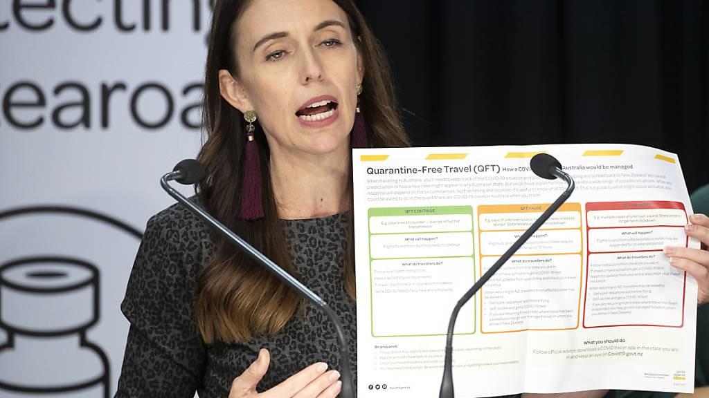 Jacinda Ardern, Premierministerin von Neuseeland, erklärt bei einer Pressekonferenz die Bedingungen für den quarantänefreien Reiseverkehr mit Australien. Foto: Mark Mitchell/New Zealand Herald/AP/dpa