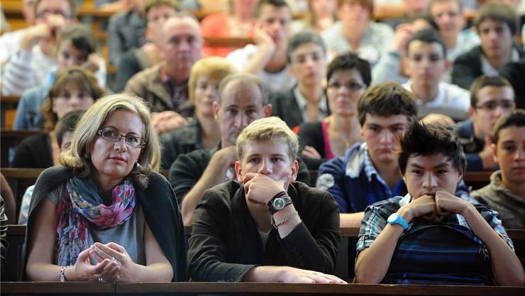 Erhalten Informationen zum Studium: Gebannte Eltern, gelangweilte Jugendliche.