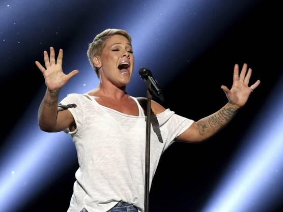 2. April: Sängerin Pink wurde positiv auf das Coronavirus getestet. Sie will eine Million Dollar für das Gesundheitswesen spenden - zu gleichen Teilen für eine Klinik in Philadelphia, an der ihre Mutter 18 Jahre lang arbeitete, und für eine Krisenkasse von Los Angeles.