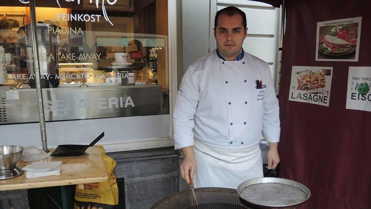 Besitzer Raffaele Marino vor seinem Geschäft am Marroni-Rösten. rap