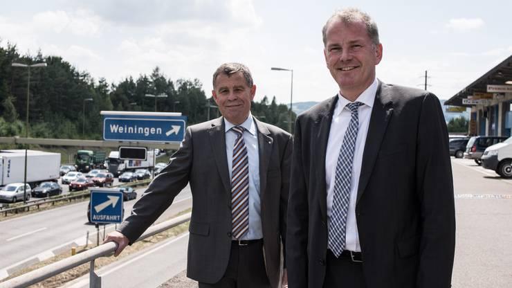 Im Juni 2014 schlugen zwei Kantone Alarm: Die Baudirektoren Ernst Stocker (Zürich, links im Bild), und Stephan Attiger (Aargau, rechts) luden zu einer Medienkonferenz vor dem Gubristtunnel. Aufgrund des Lärmpegels konnten sie sich nur mit Megafon verständigen. Sie forderten angesichts des Verkehrswachstums den Ausbau der A1 zwischen Aarau Ost und Birrfeld nicht erst wie geplant 2040, sondern bis 2030.