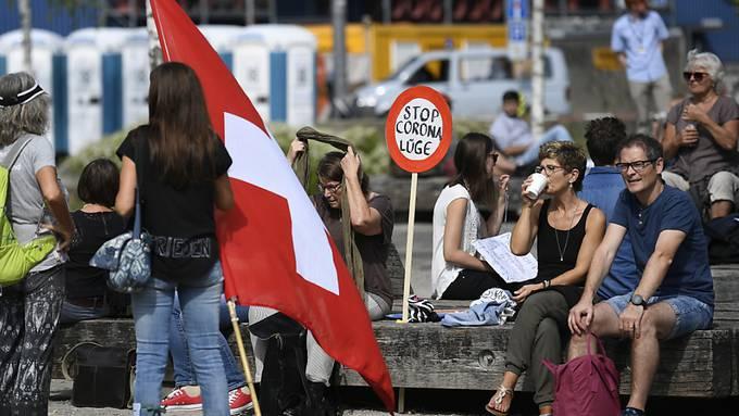 """Etwa 500 Personen haben sich am Samstagnachmittag in Zürich versammelt, um gegen die """"Corona-Lüge"""" und die Corona-Schutzmassnahmen zu protestieren."""