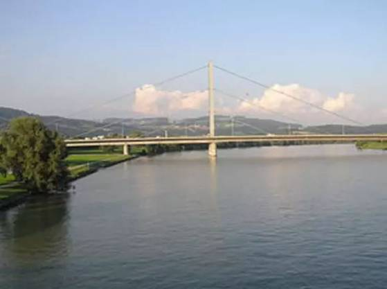 In Österreich werden die 5000 Brücken der Autobahnen und Schnellstrassen nach Angaben der Betreibergesellschaft Asfinag genau überprüft. «Es gibt jeden Tag eine Sichtkontrolle», sagte ein Sprecher. Alle zwei Jahre werde aufwendig durch interne Fachleute der Zustand erhoben. Es ist dem Sprecher kein Fall bekannt, bei dem eine Gefahr bestanden hätte. Trotzdem müssten die Bauwerke der inzwischen viel höheren Verkehrslast immer wieder angepasst werden.