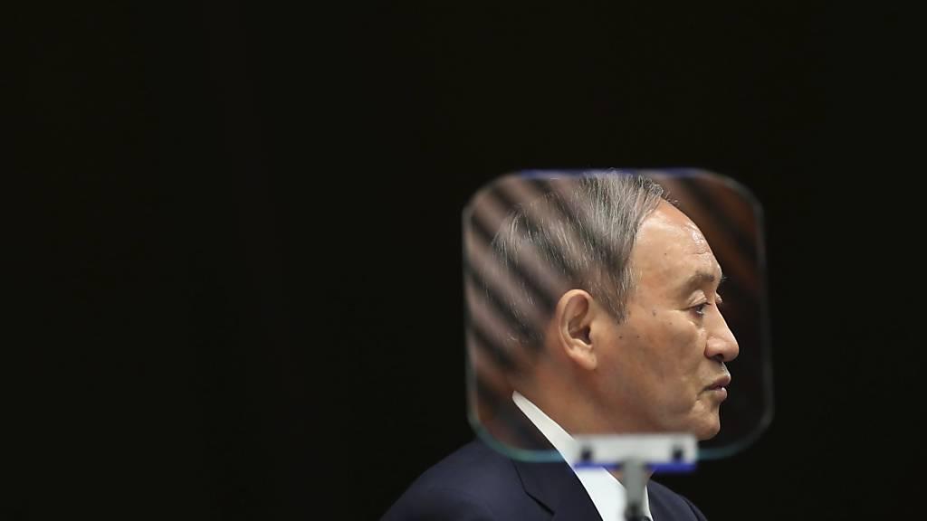Japans Premierminister Yoshihide Suga spricht hinter einem Teleprompter. Wegen der schwierigen Corona-Lage verlängert Japan den Notstand für Tokio und weitere Regionen. Laut der Nachrichtenagentur Kyodo hat die Regierung beschlossen, den Notstand bis zum 30. September beizubehalten. Foto: Kim Kyung-Hoon/Pool Reuters/AP/dpa