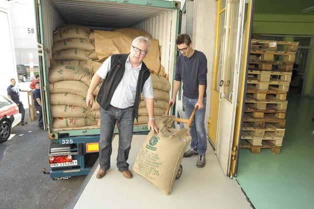 Inhaber Hans Jörg Bertschi und Röstchef Agron Komani laden den ersten Sack aus, um eine Proberöstung zu machen