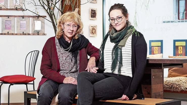 Janice Briner (r.) und ihre Mutter Anita sorgen für neue Frische am Oberentfelder Engelplatz.