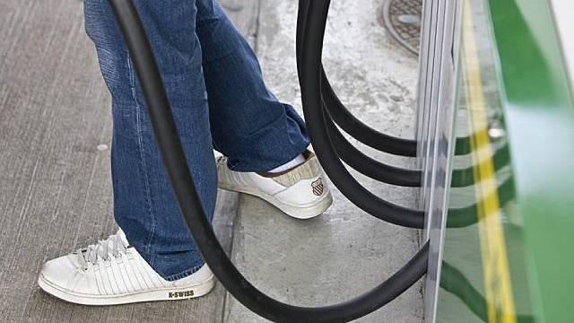 Konsumenten mussten für Benzin tiefer in die Tasche greifen (Symbolbild)