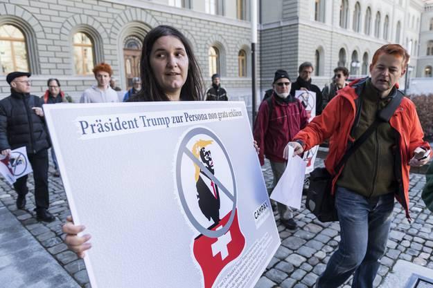 Schweizer Trump-Gegner bei der Petitionsübergabe vor der Bundeskanzlei.